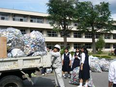 旭町中学校の生徒とアルミ缶収集ボランティア