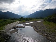 会社の横で流れる梓川